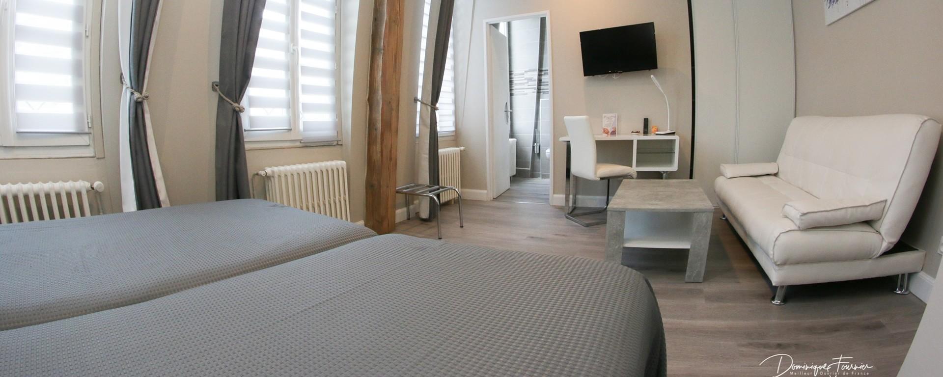 Chambre d'hôtel avec lits jumeaux